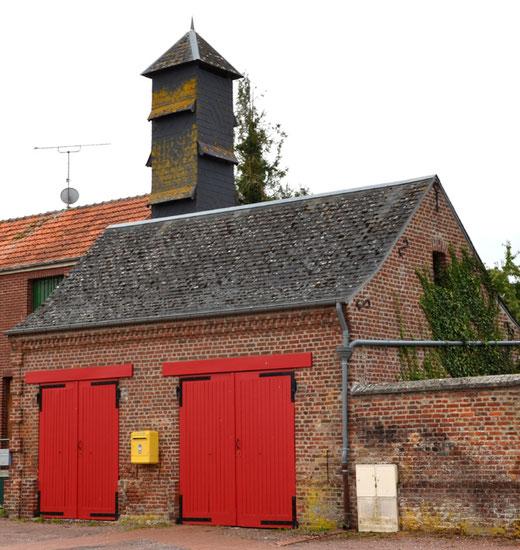 Le bâtiment de remises des pompes à incendie. Derrière, le séchoir à tuyaux