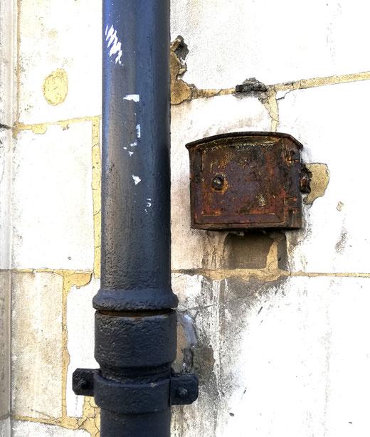 Petit boitier fixé sur l'Hôtel de la Préfecture d'Amiens, rue de la République- Ph: Dominique Lemaire