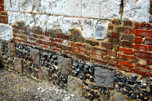 Remarquable damier de silex et de grès surmonté de brique et de pierre calcaire avec graffiti