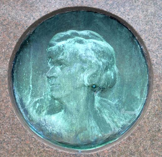 Médaillon d'Hilda Camus, chanteuse lyrique (1880-1930) au cimetière de Saint-Acheul