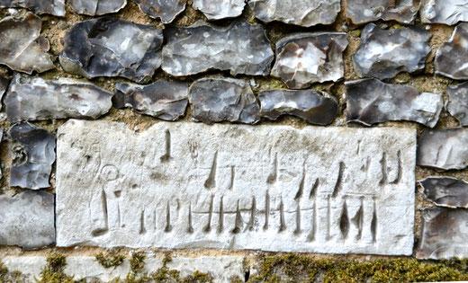Sur les murs de l'église de Thieulloy la Ville: Un semblant de partition musicale au milieu des silex