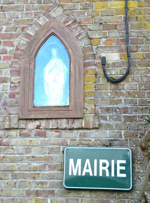 Une Vierge  dans une niche protège la Mairie