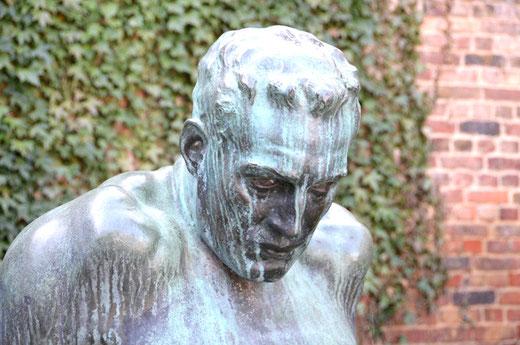 """Le buste du """"Penseur"""" de la rue Le Nôtre à Amiens"""