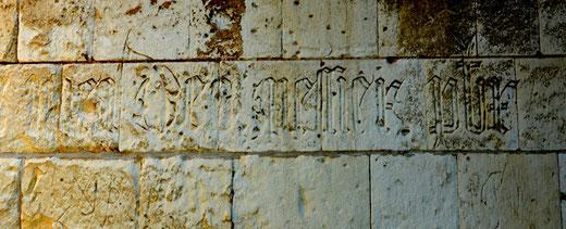 Sur les murs de l'église de Cottenchy