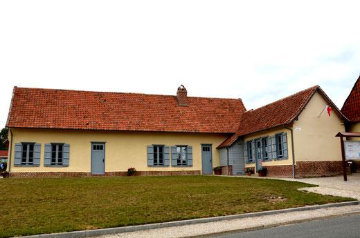 Nouvelle mairie de Domqueur avec son drapeau sur le pignon- Ph: Jacques Fouré
