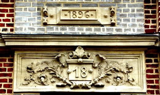 Numéro sculpté et daté dans le quartier Henriville d'Amiens