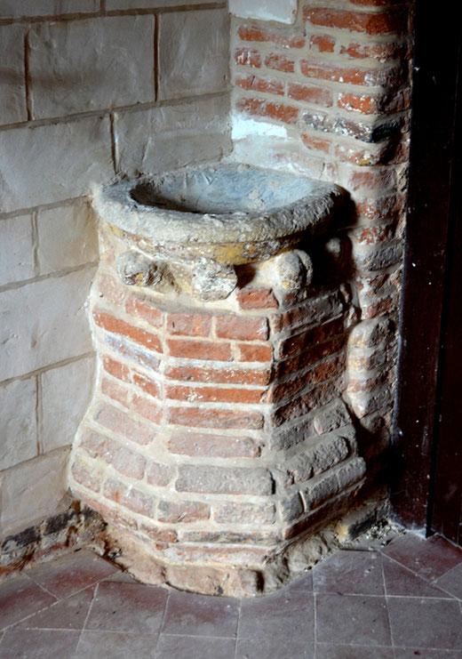Bénitier en pierre du 15e siècle