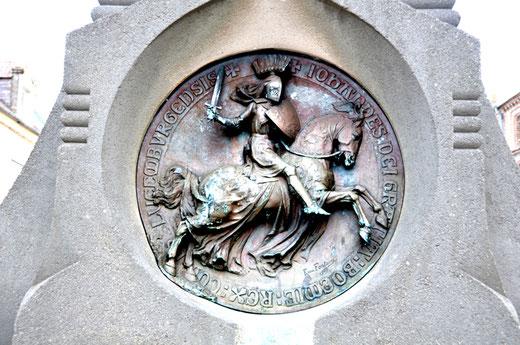 Médaillon de Jean de Luxembourg sur le soubassement de son monument