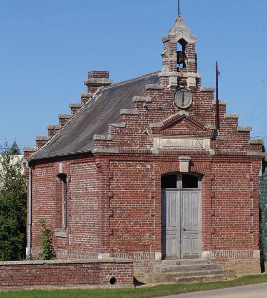 La mairie de Manicourt aux allures de chapelle