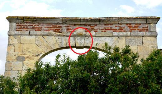 Les vestiges du vieux château de Piennes. Cerclé de rouge: le pentacle ( voir ci-dessous)