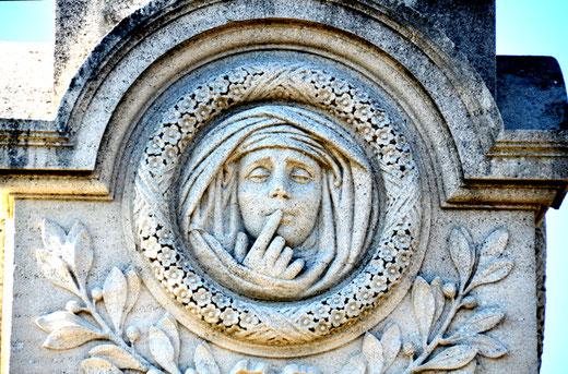 Au cimetière de Vignacourt sur le monument du bienfaiteur Godard-Dubuc par Alexandre Hesse
