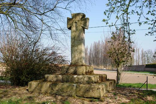 La croix romane de Dreslincourt ( Curchy-Dreslincourt)