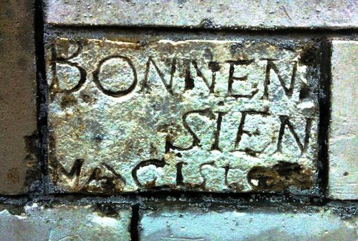 Graffiti sur le soubassement de l'église de Contoire- Ph: Hervé Bennezon