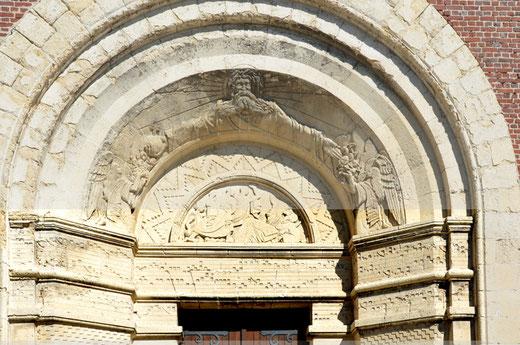 Mesnil-en-Arrouaise: le tympan de l'église avec les notes de musique d'un chant grégorien- Photo: Jean Peuvion