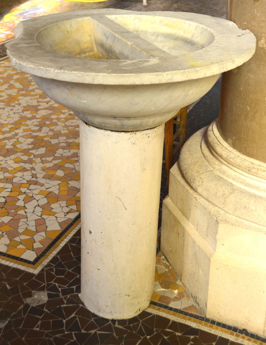 Les fonts baptismaux de l'ancienne église de Miraumont sont transformés en bénitier