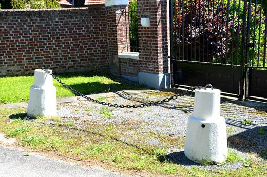 Ces chasse-roues en béton ont été installés devant une maison dans le style Art-Déco, vers 1930