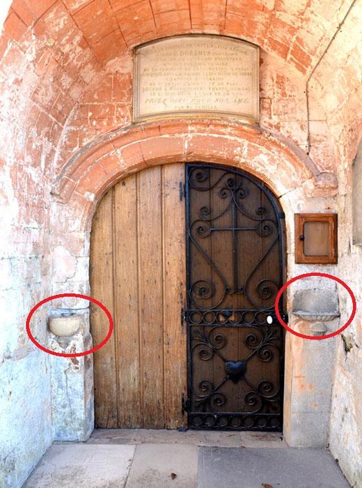 Portail de l'église de Fontaine-sur-Maye avec les deux bénitiers extérieurs