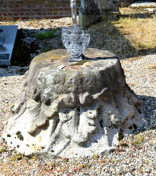 Un chapiteau qui sert de sépulture dans le cimetière de Driencourt