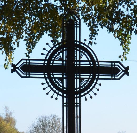 Gros plan sur le croisillon de la croix de Genermont