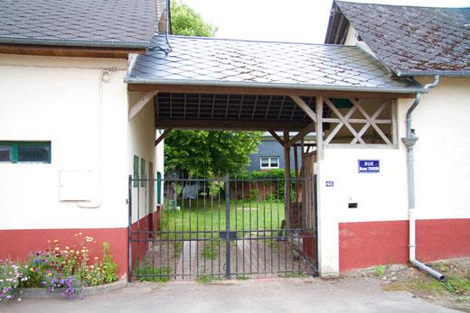 Nibas: la porte charretière transformée a gardé son imposte. Ph: Jacques Brocard