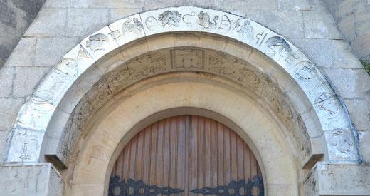 Le tympan de l'église de Flers avec les signes du Zodiaque sur l'arc