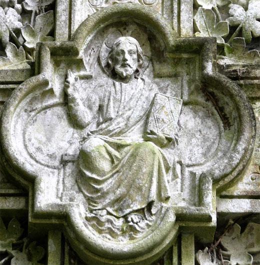 Le Christ bénissant au centre du croisillon