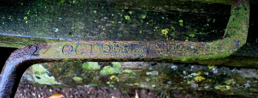 Sur la manivelle, la date du 27 octobre 1810