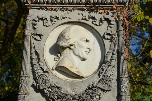 Le buste de Lapostolle figé dans le marbre