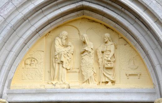 Tympan de l'église de Cantigny: le vieillard Siméon prend l'enfant-Jésus dans ses bras