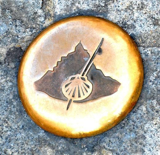 La silhouette du Mont Saint-Michel avec le bâton du pèlerin de Saint-Jacques de Compostelle