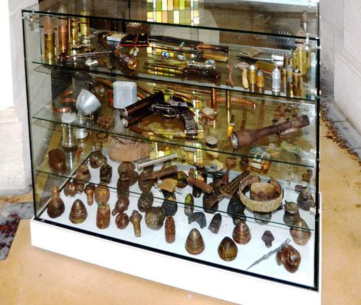 Santerre: vitrine d'exposition de matériel de guerre dans une église
