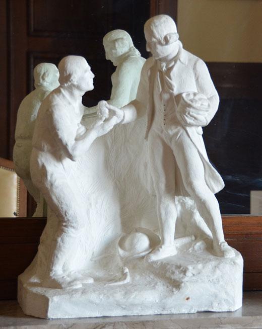 Maquette miniature du célèbre monument  érigé en l'honneur de Parmentier, où le pharmacien offre une pomme de terre à un paysan