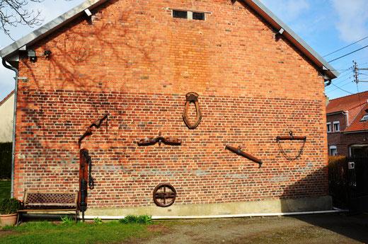 Bécordel-Bécourt: pompe à bras, collier pour les chevaux, roue de charrette et palonnier d'attelage