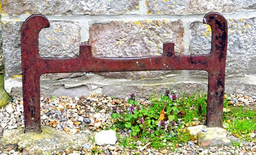 Daours- Devant la façade de l'église