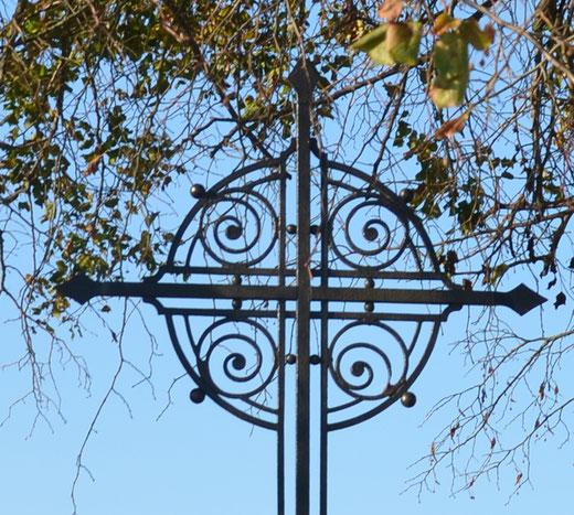 Gros plan sur le croisillon de la croix sur la route de Berny-en-Santerre