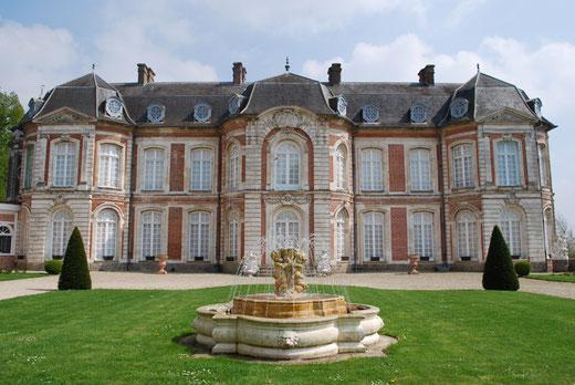 Château de Long avec sa fontaine au premier plan