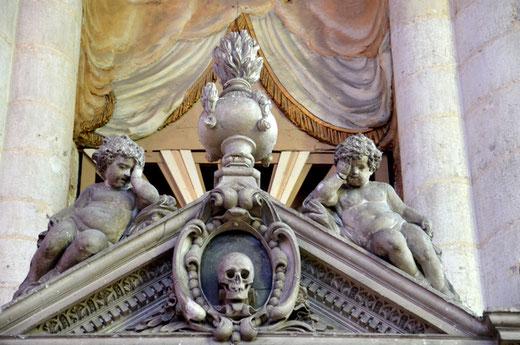 Détail du monument du chanoine Guillain Lucas