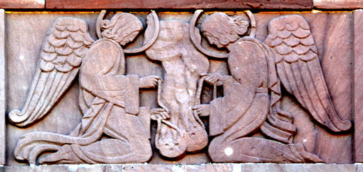 Eglise de Sailly-Saillisel-Sous le Christ en façade, les anges affrontés