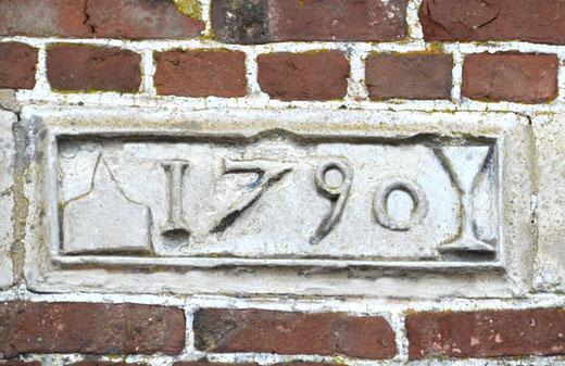 Entre le gite et le couvert, la date de 1790, au-dessus de la porte d'entrée
