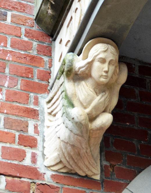 L'ange sculpté sert de console