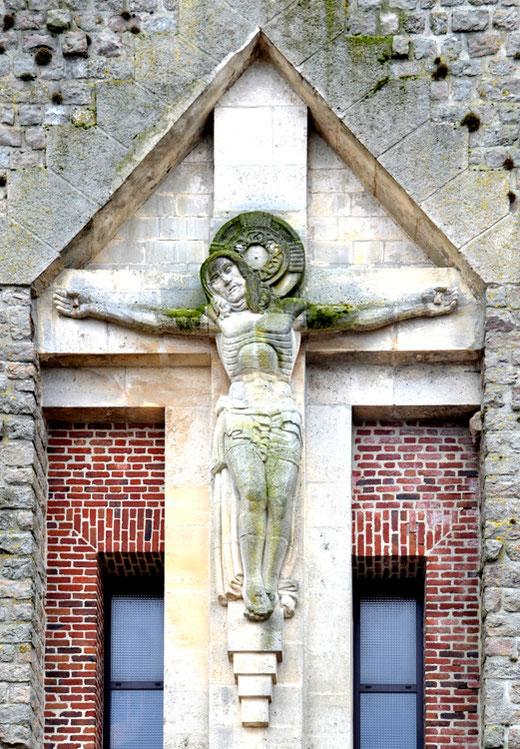 Mons-en-Chaussée: Christ en pierre par Albert Binquet