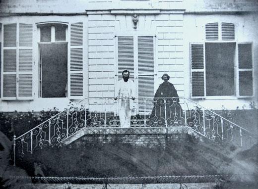 Monsieur et madame Rattier sur le perron de l'ancienne sous-préfecture à Doullens