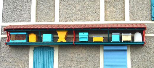 Les différents modèles de ruche sur la façade- Photo: Rémy Godbert