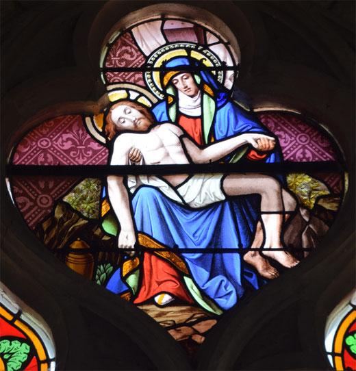 Dans la partie supérieure du vitrail appelée soufflet, une pietà très colorée- Ph: Jean Peuvion