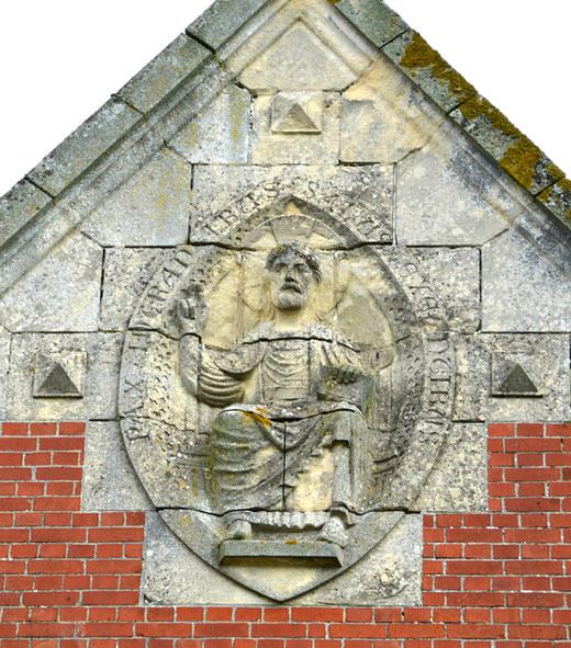 La mandorle sur la façade avec le Christ en Majesté