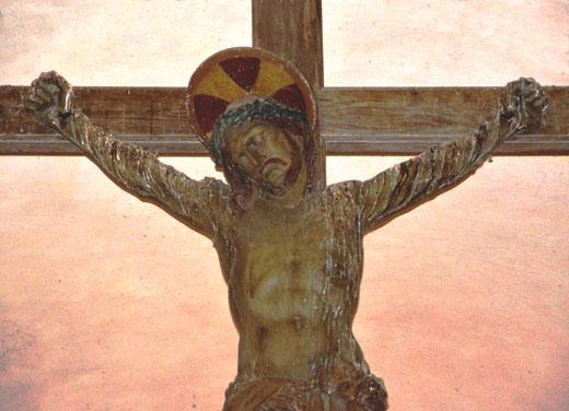 Après avoir été retrouvée dans les décombres de l'ancienne église, la croix restaurée par le sculpteur parisien: Alphonse Fivet