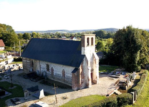 La chapelle Saint-Pierre de Monthières entourée de son cimetière