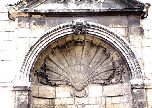 En haut de la fontaine, une énorme coquille Saint-Jacques