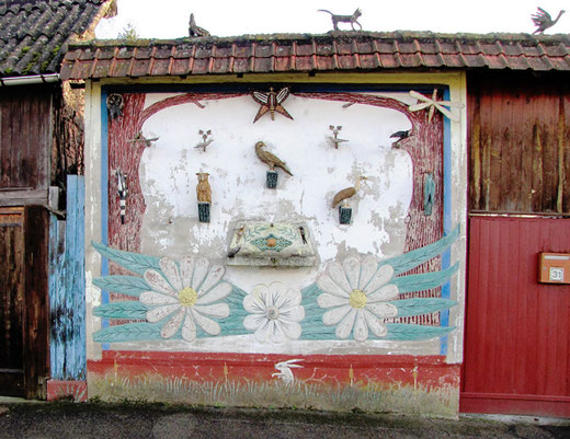 Une façade animée dans la rue principale du village de l'Etoile