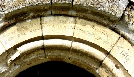 Graffiti au-dessus du portail de l'églse de Bellifontaine
